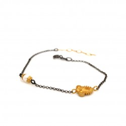 Bracelet with chain, adorned with a pearl and motif Akrokeramo
