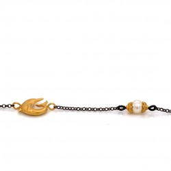 Bracelet with chain, adorned with a pearl and motif dolphin