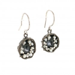Black earrings of a hollow bezel with mobile fresh water baby pearls