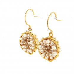 Goldplated earrings of a hollow bezel with mobile fresh water baby pearls