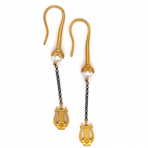 Dangling chain earrings with motif Lyra