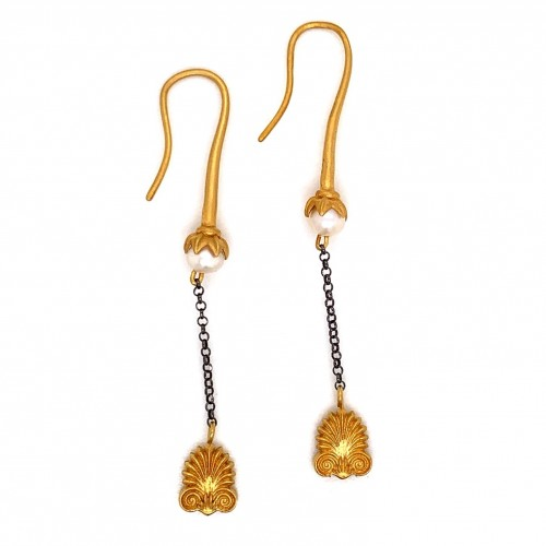 Dangling chain earrings with motif Akrokeramo